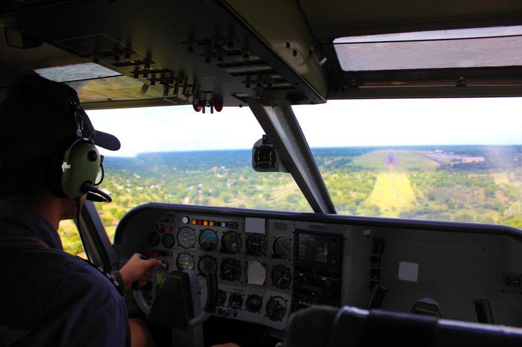 Cadente pilotando avião no curso preparatório - EPCAR